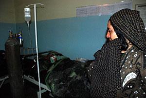 Una mujer se lamenta porque su hija se está muriendo tras dar a luz. (Foto: Mònica Bernabé)