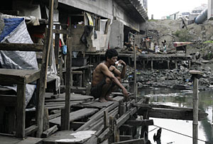 Un hombre en una barriada de chabolas cerca de Manila. (Foto: J. Javellana | REUTERS)