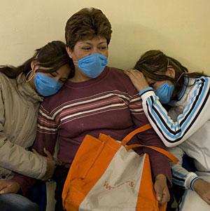 Tres mujeres se cubren con mascarillas en un centro de salud de México DF. | Reuters