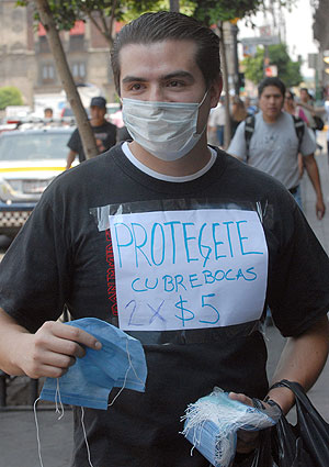 Un vendedor ambulante de mascarillas protectoras, en las calles de México D.F. | Efe