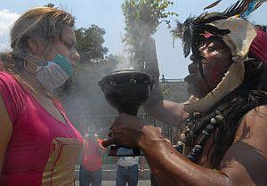 Una turista, en un acto de purificación. (Foto: EFE)