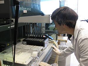 Un investigador preparando el análisis genético. (Foto: Center for Applied Genomics del Hospital Infantil de Filadelfia)