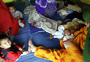 Familias desplazadas en Pakistán (Foto: AP | Mohammad Sajjad)