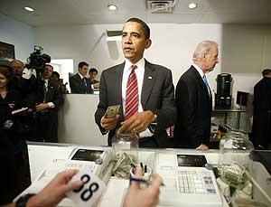 Obama paga su almuerzo y el del vicepresidente, Joe Biden, en Virginia. | Reuters