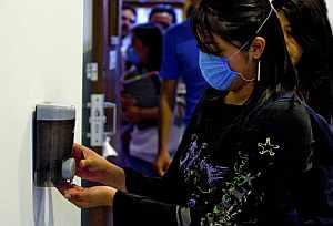 Una estudiante mexicana se limpia las manos en la facultad de Medicina. (Foto: AFP | Luis Acosta )