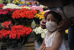 Una mujer protege a su hija en México DF. (Foto: AP)