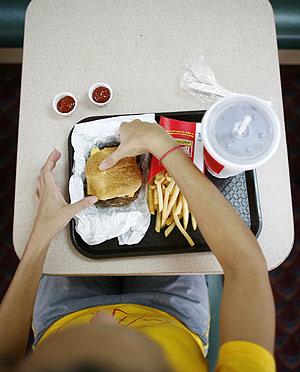 Una joven come una hamburguesa. (Foto: REUTERS)