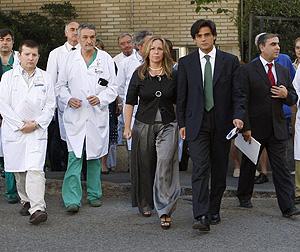 Jiménez, Güemes y el equipo médico de la primera víctima mortal por gripe en España (Foto:EFE | Chema Moya)
