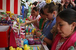 Unas niñas comprando 'chuches' en la Feria de Abril (Foto: El Mundo)