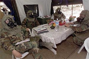 Soldados estadounidenses con máscaras de gas, descansan en una base militar (Foto: Héctor Mata)