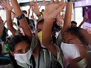 Niños indios con mascarillas (Foto: AFP | Sam Panthaky)