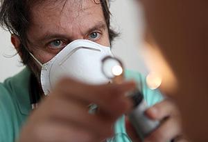Un médico examina a un paciente protegido con mascarilla (Foto: AFP | Richard Bouhet)