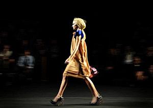 Una modelo desfila en Cibeles. (Foto: AFP)