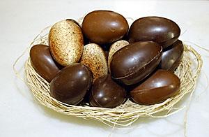 Huevos de Pascua de diferente tipo de chocolate. (Foto: Ricardo Cases)