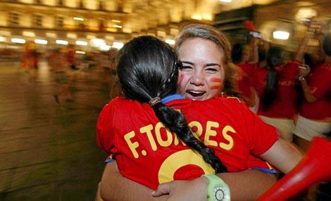 Dos amigas se abrazan tras la victoria española. | Carrascal
