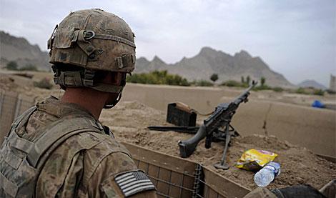 Un soldado de EEUU junto a varios envases de plástico.| AFP | Yuri Cortez