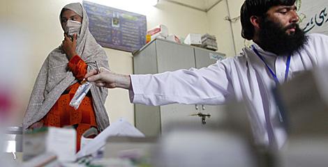 Un médico atiende a una mujer en Pakistán.  Reuters   Tim Wimborne