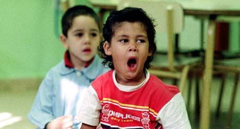 Un niño bostezando en el primer día de clase. | Manuel Ruiz Toribio