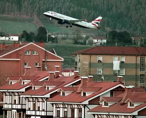 Un avión despega del aeropuerto de Sondika (Vizcaya) | Iñaki Andrés