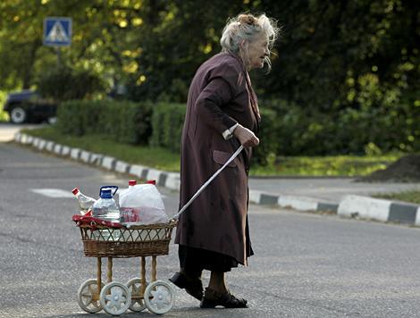 Una mujer cruza la calle en Moscú. | Ap