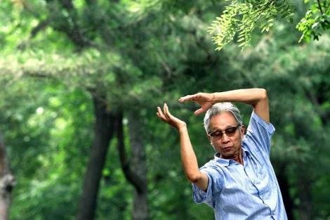 Un hombre hace ejercicios de Tai Chi. | Greg Baker | AP