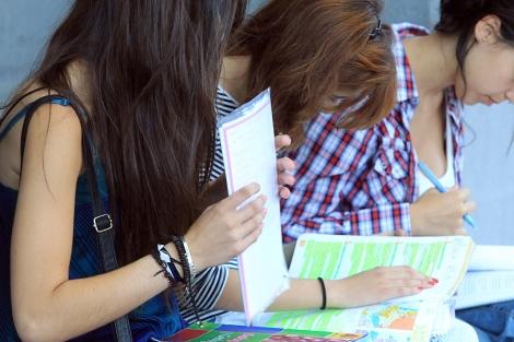 Tres alumnas repasan antes de un examen. | Antonio Heredia