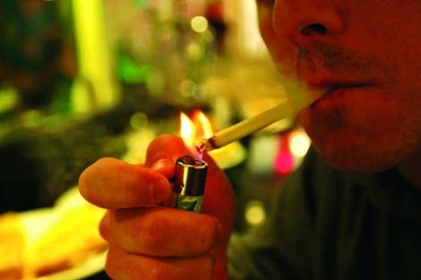 Un hombre se enciende un cigarrillo. | Carlos García