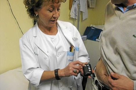Una enfermera atiende a un paciente diabético.| El Mundo