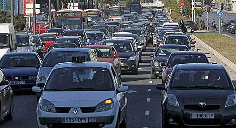 Tráfico intenso en la ciudad de Valladolid. | José Cuéllar
