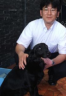 Hideto Sonoda junto al labrador.