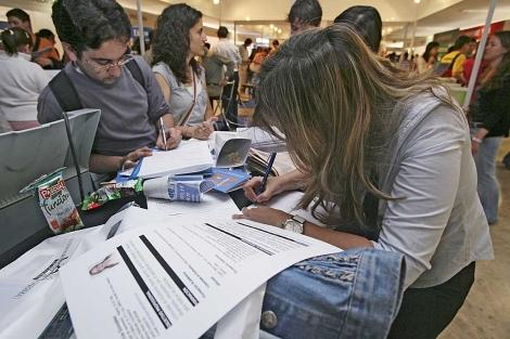 Estudiantes universitarios rellenan formularios de búsqueda de empleo.| Chema Tejada.