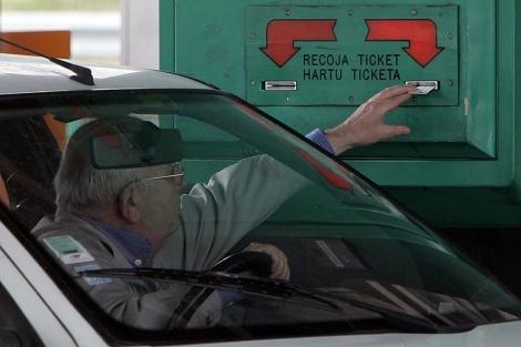 Un conductor recoge su ticket en un peaje.| Iñaki Andrés