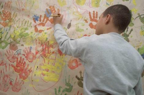 Un niño en un centro de acogida para inmigrantes de Madrid. | Carlos Barajas.