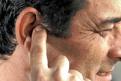 Un hombre se queja de molestias en el oído.| El Mundo