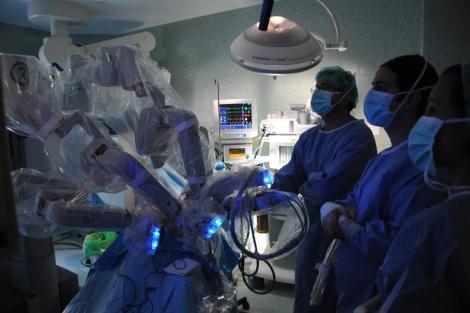 Un robot en el quirófano en una imagen de archivo. | Foto: Hospital de Madrid