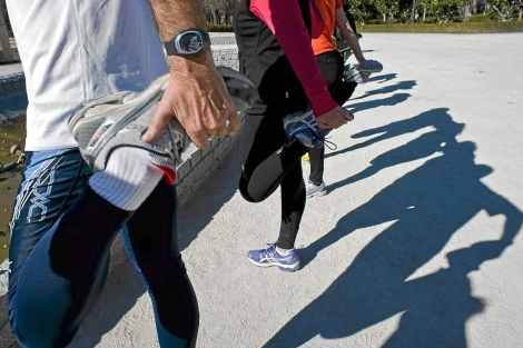 Un grupo de corredores entrenando en el Parque de El Retiro. | Gonzalo Arroyo