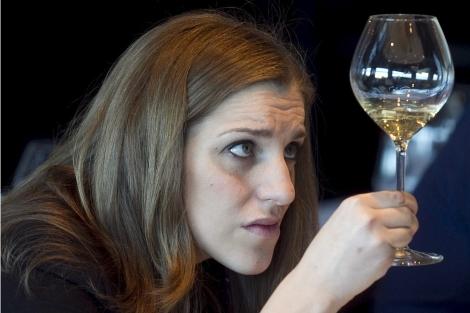 Una sumiller observando el vino. | Begoña Rivas