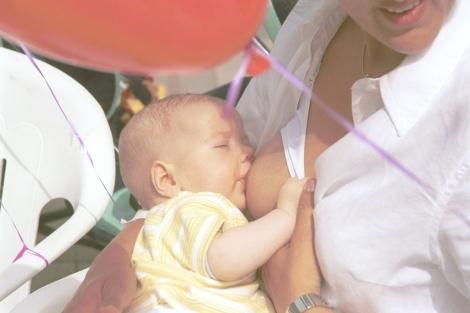 Madre amamatándose a un niño. Sebastian Llompar