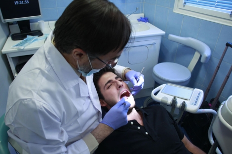 El doctor De la Cruz con un paciente con hipersensibilidad dental. | Javier Barbancho