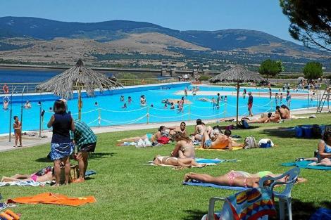 Gente en una piscina | El Mundo