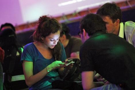 Algunas personas no pueden dejar de consultar su móvil. | Efe