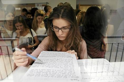 Una joven repasa sus apuntes antes del examen de Selectividad. | Conchitina