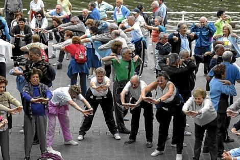Un grupo de ancianos realizan un programa de gimnasia. | El Mundo