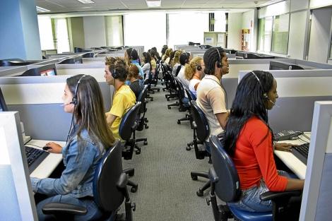 Operadores de servicios telefónicos trabajando en un call center. | El Mundo