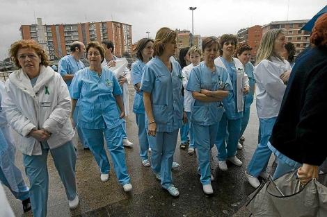Un grupo de enfermeras protesta por su situación laboral. | El Mundo