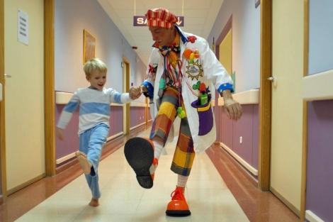 El 'Dr.Zito' acompaña a un David en el hospital. | Fundación Theodora