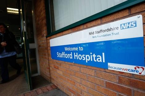 Puerta de entrada del Hospital de Stafford.