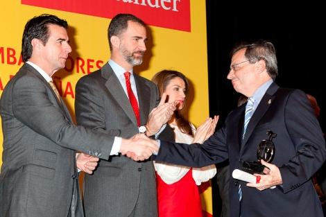 Rafael Matesanz, director de la ONT, recibe el galardón de manos del ministro de Industria, en presencia de los Príncipes de Asturias
