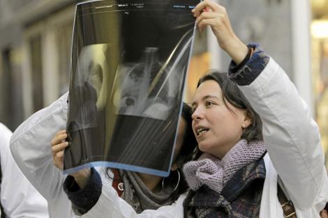 Médicos residentes contemplan una radiografía. | Efe