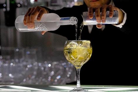 Un camarero prepara un cóctel en un bar